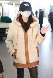"""""""新謀女郎""""劉浩存現身走機場,穿毛茸茸外套很單薄,腿是真細"""