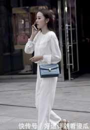面板超白的小姐姐,白上衣搭配白褲子,清爽一夏
